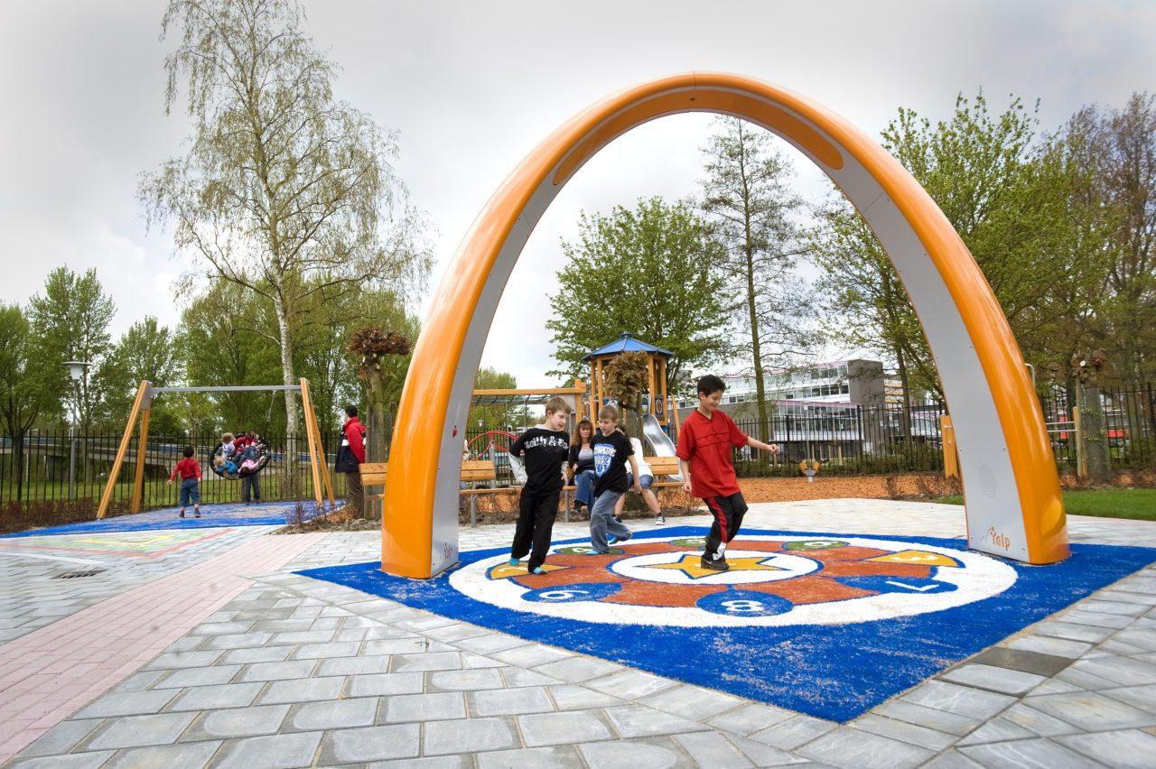 Yalp Sona - Spielbogen - Auf dem Schulhof
