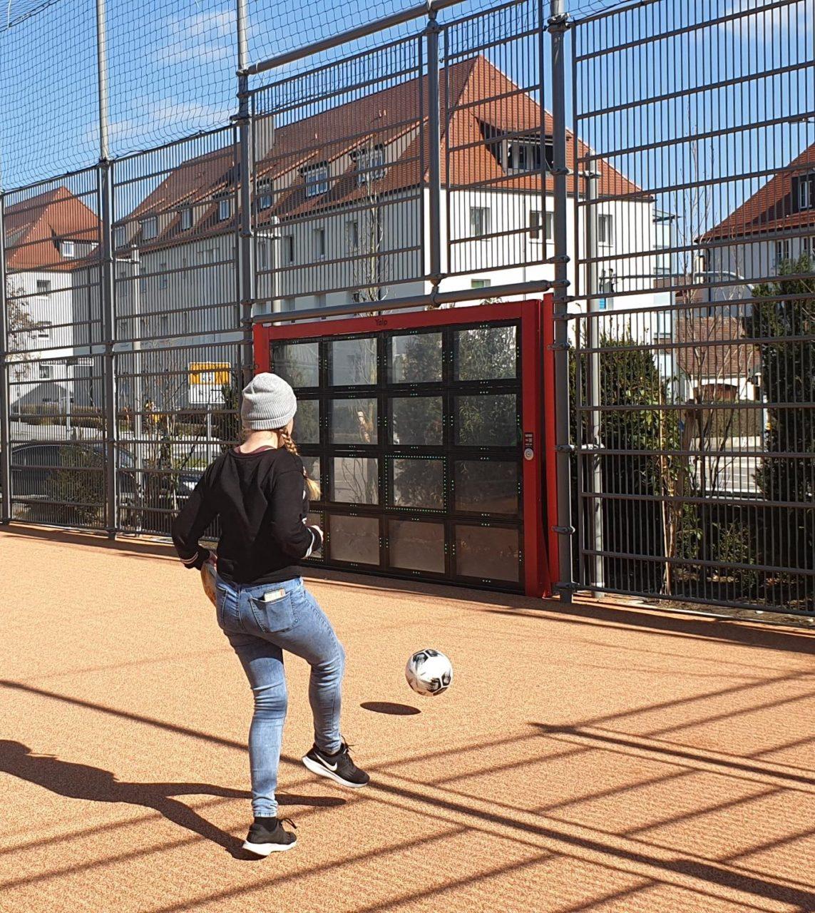 Yalp Sutu auf dem Schulhof - Karl-Maybach-Gymnasium Friedrichshafen